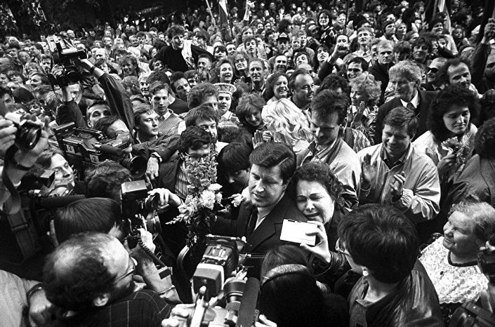 Встреча депутатов Верховного совета после принятия декларации о восстановлении независимости Латвийской республики 4 мая 1990 года